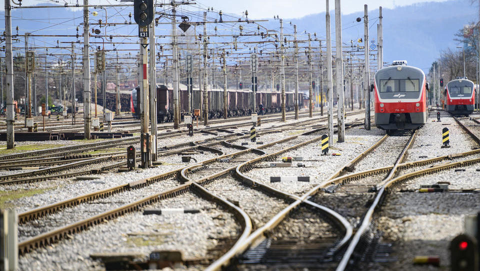 Kako poslujejo železničarji, ki imajo zadnje čase veliko dela sami s sabo