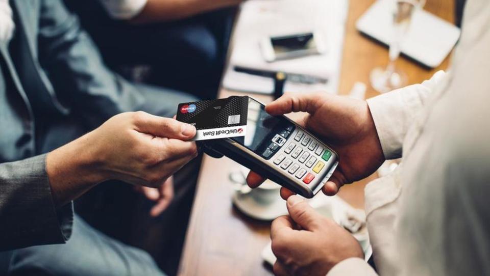 Kako trgovcem denar polzi skozi prste ali kako je plačevanje v trgovinah ujeto v preteklosti