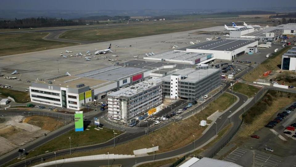 Hitri pregled tedna: Nemci prodali letališče Kitajcem, italijanski župan jim nudi mestece