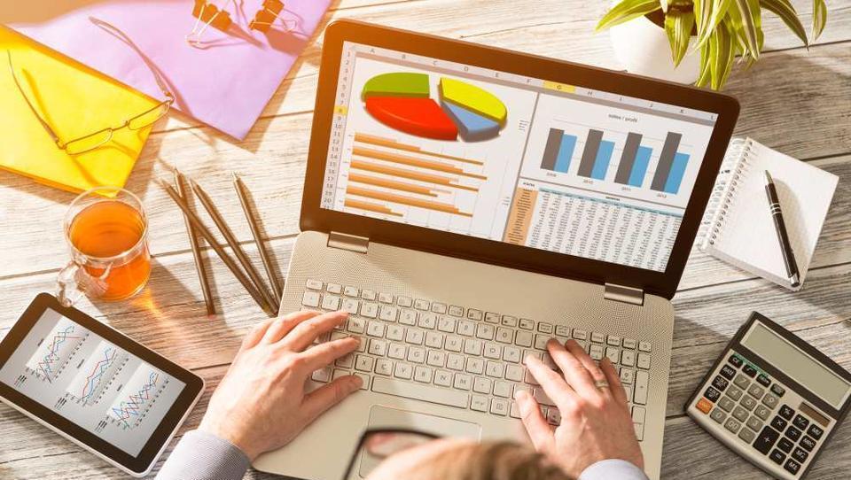 Kako pogledate v črevesje poslovnih partnerjev?