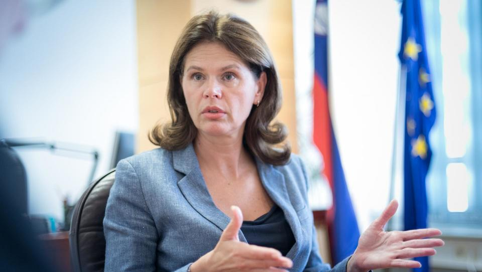 (intervju) Ministrica Alenka Bratušek: Hočemo manj avtov na cestah in več potnikov v javnem prometu