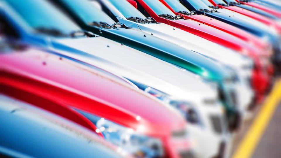 (grafi) Prodaja novih avtov v EU: kje raste, kje upada, kako je s prodajo električnih