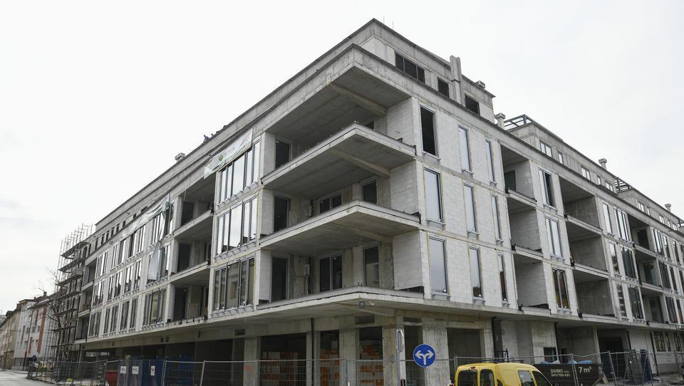 Lani zgrajenih manj stavb in več stanovanj kot predlani
