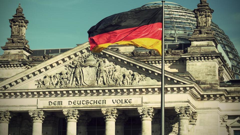 Nemci zaostrujejo pravila, Avstrijci korak bliže volitvam, v Srbiji pa vse več stavk