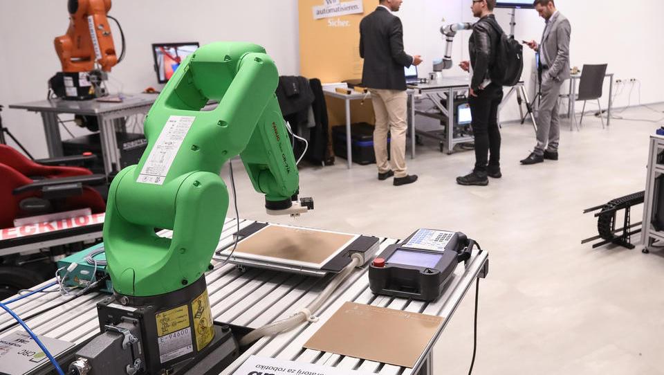 Število sodelovalnih robotov v proizvodnji bo strmo raslo