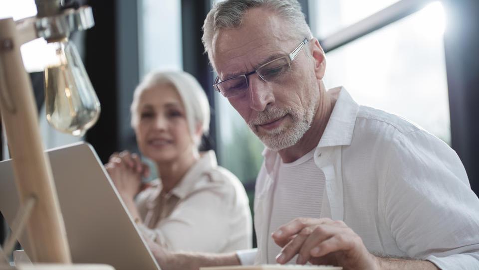 Za razvoj kompetenc starejših na voljo do tri tisočake spodbude