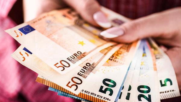 (grafi) Kako se gibanje plač v Sloveniji primerja z drugimi članicami EU