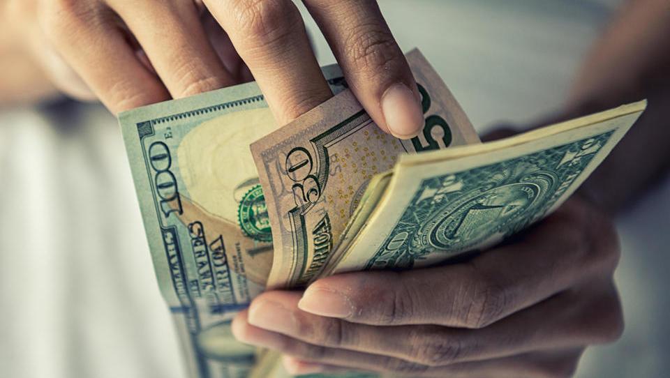 Ves svet uporablja ameriški dolar, a koliko časa še?