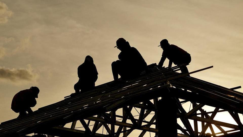 Gradbeniki se hudujejo nad dvigom minimalne plače, vendar konkretnih...