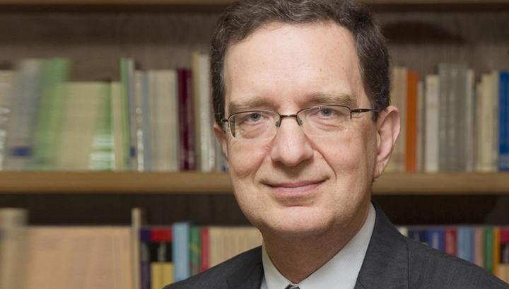 (intervju) Michael Haliassos: Nizke obrestne mere vsaj do konca Draghijevega mandata