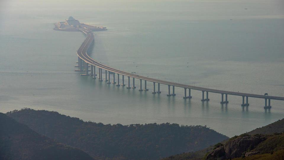 Kitajci odpirajo najdaljši most na svetu z dvoletno zamudo in z...