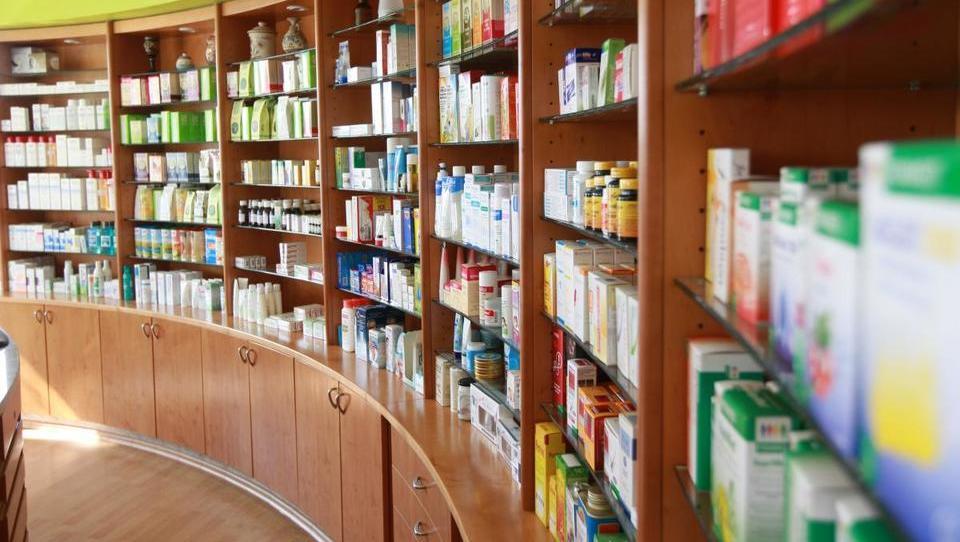 Stotine milijonov gredo mimo razpisov tudi za zdravila v lekarnah