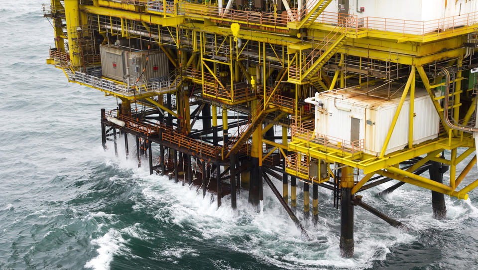 Nafta kljub napetostim v Iranu cenejša