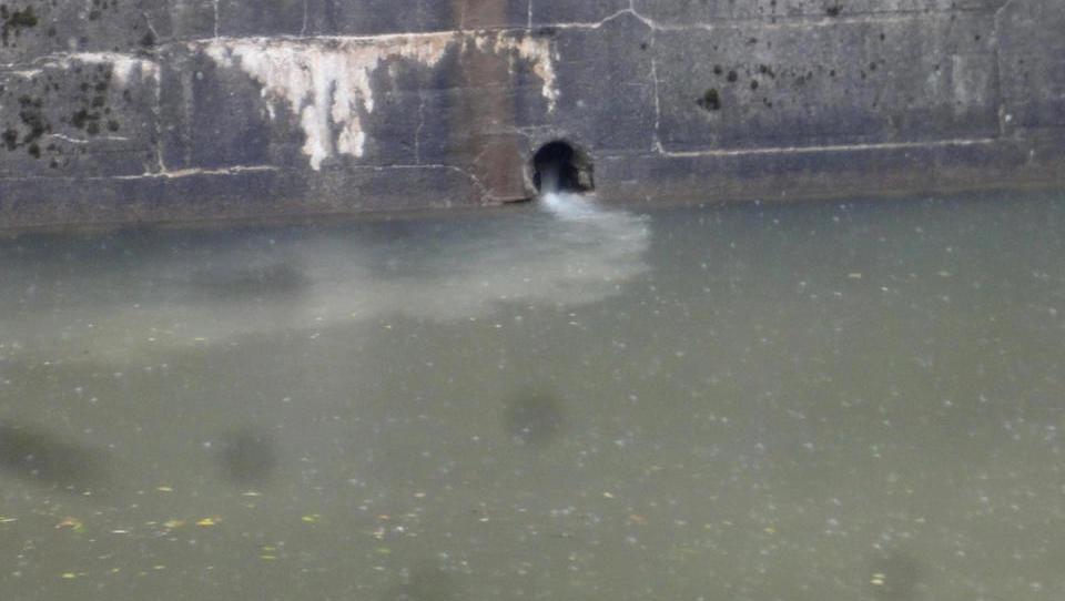 (foto) Ob hudem nalivu pri Tromostovju v vodi razredčene fekalije