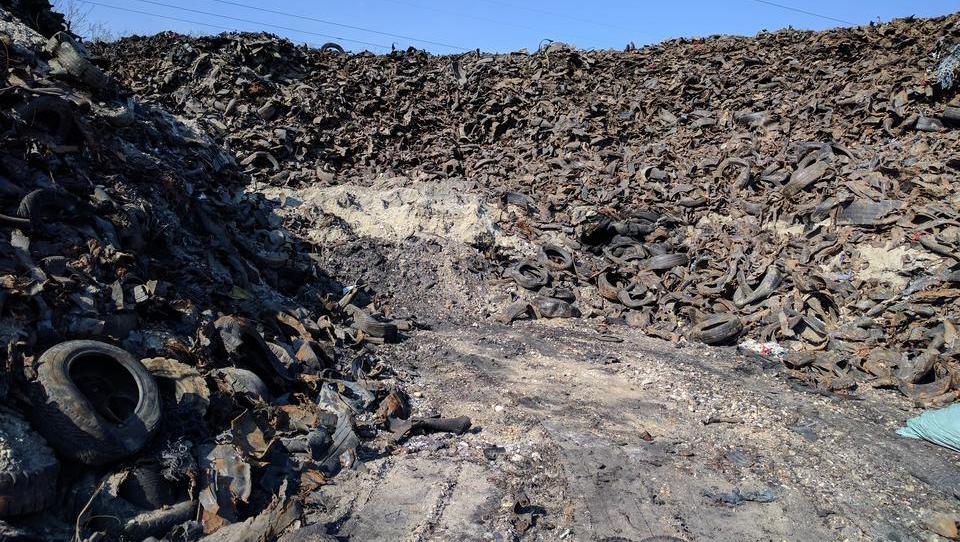 Iz jame v Lovrencu doslej odpeljali 38 tisoč ton odpadnih gum