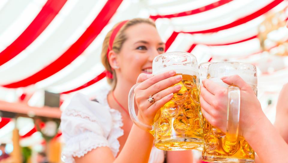 Hitri pregled tedna: Srbija zvišuje minimalno plačo, italijanska Severna liga z blokiranimi računi, na Oktoberfestu dražje pivo