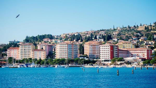 Dolgoročno bo treba plače (v turizmu) davčno razbremeniti