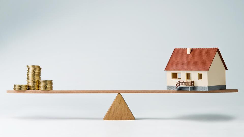 Pozor, denar se draži! Kje še dobite fiksno obrestno mero za stanovanjsko posojilo in kolikšno?