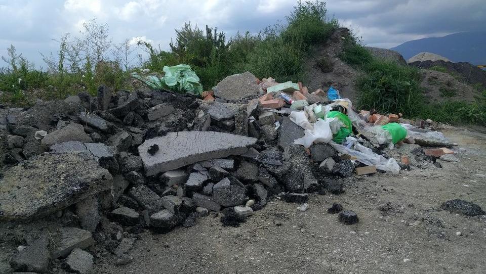 Okolje po Šarcu: Kupe odpadkov so pometli pod preprogo