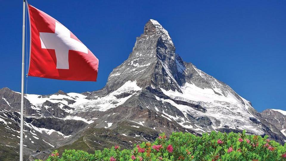 Močnejši frank slaba novica za posojilojemalce in zimski oddih v Švicarskih Alpah