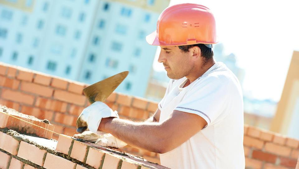 Proizvodni delavci in zidarji najbolj zaželeni kadri v maju