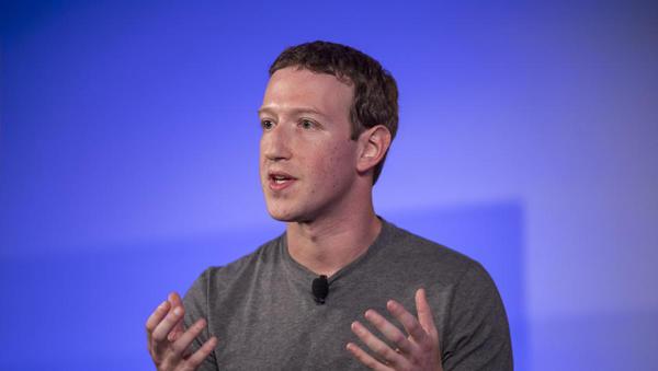 Delnica Facebooka po razkritju žvižgača upadla za šest odstotkov, Zuckerberg ob štiri milijarde