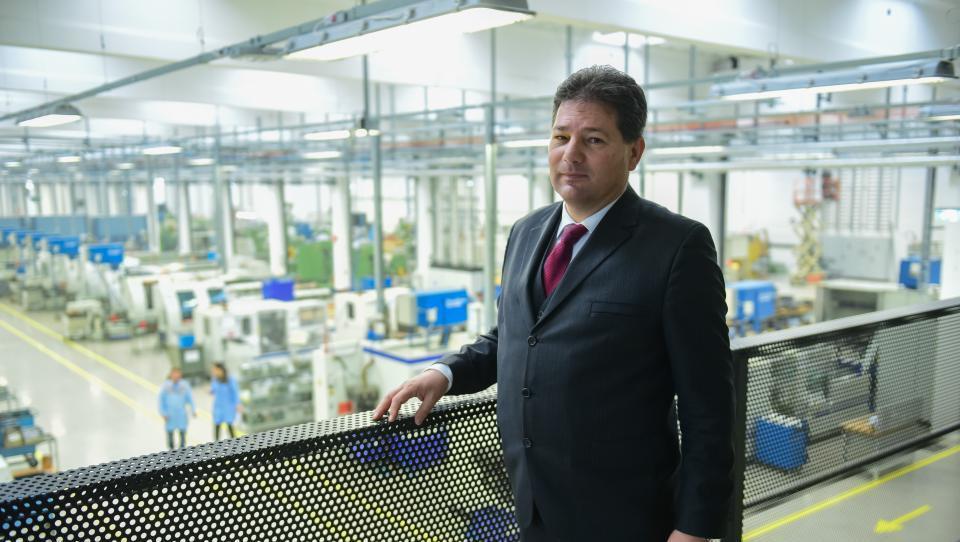 Kupil Švicarje, da bi s pogoni za robote skočil na sto milijonov prihodka