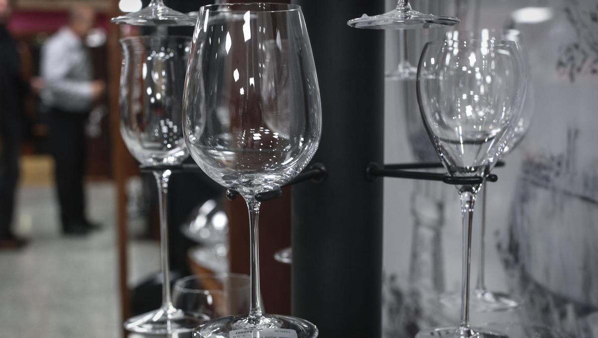 Ročno izdelani vinski kelihi in dekanterji so obvezna oprema vsakega vinoljuba