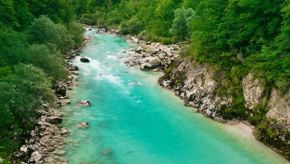 Slovenija ima obilo vodnih virov in se po količini vode uvršča med zelo bogate evropske države, vendar je ta količina prostorsko neenakomerno porazdeljena. Na leto se prek ozemlja Slovenije v rekah in potokih pretoči okoli 34 milijard kubičnih metrov vode; skupna količina vode na prebivalca je skoraj štirikrat večja od evropskega povprečja. Ker večina naših rek izvira v alpskem svetu, je voda v njihovem zgornjem delu še čista, pitna. Med vodno bogastvo Slovenije uvrščamo tudi izvire, naravna in umetna jezera ter del Jadranskega morja (vir: www.stat.si).